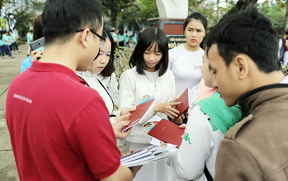 Gian hàng của DTU Thu hút Học sinh trong Ngày hội Văn hóa 2017