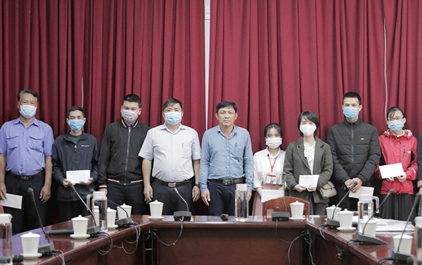 DTU Presents Tet gifts and train tickets to needy DTU faculty and staff on 2021 Lunar New Year of the Ox